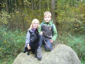 Hier sehen wir Jonas mit seiner Patentante Sina Mews und Hund Romeo während einer kleinen Rast. Sie haben es sich do gut wie möglich auf diesem Findling für ein Foto gemütlich gemacht. 27.10.2012.