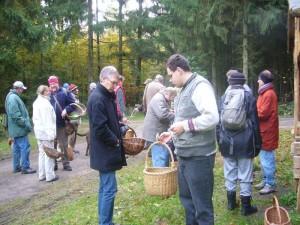 Auch die anderen sammelten sich nach dem die Truppe zunechst weiter auseinander gezogen war, an einer Wanderhütte mitten im Wald.