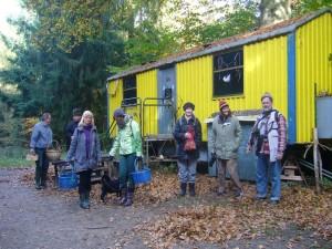 Und wieder eine kleine Pause zum Sammeln am Bauwagen der Waldkita.