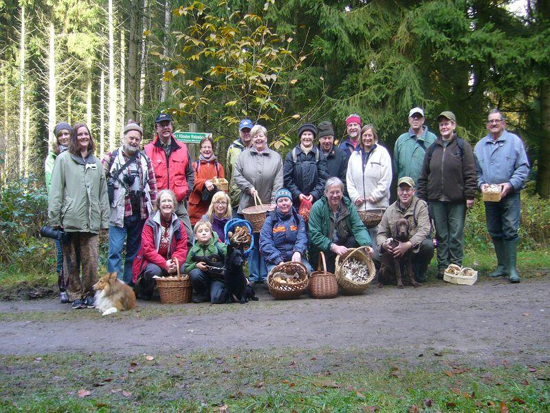 Mit 21 Pilzfreunden und drei Hunden waren wir heute eine starke Truppe. Ein Herr aus Hamburg verabschiedete sich schon etwas früher von uns, so dass er auf unseren Erinnerungsfoto leider nicht mehr zu sehen ist. 27. Oktober 2012 im Lankower Holz bei Rehna.