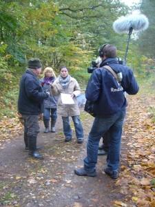Zunächst erkäuterte die Redakteurin vom NDR - Fernsehen den Kamera - Leuten und uns, worauf es beim heutigen Dreh im Klaasbachtal ankommt.