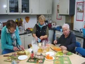 """Danach ging es nach Wismar in den """"Steinpilz"""" wo unter der Regie von Irena und der Dame vom Fernsehen, die Pilzsuppe vorbereitet wurde."""