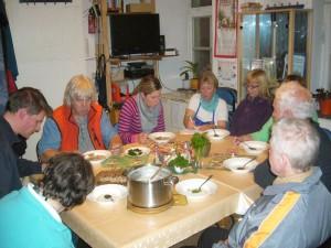 Nachdem alle Bilder im Kasten waren und Irena noch schnell die Rezeptur für die Frostschnecklings - Suppe notierte, ließen es sich alle nach einem anstregendem Drehtag schmecken