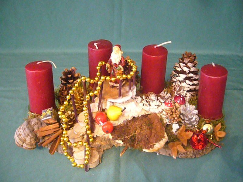 Ca. 40 cm langes und 20 cm tiefes 4er Gesteck mit weinroten Kerzen und Treppendekoration mit Weihnachstsmann und Wurzelschwamm zu 20.00 €. - Verkauft.