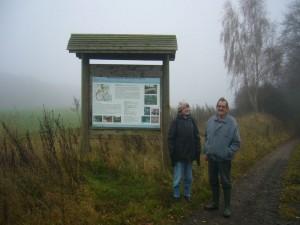 Am Beginn des Naturschutzgebietes sehen wir hier neben dieser informativen Schautafel unsere Pilzfreunde Erika Wittemhagen und Hans - Jürgen Wilsch.