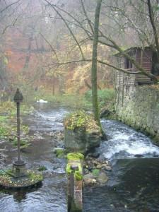 Hier gab es in früheren Zeiten offensichtlich auch eine Wassermühle, deren Reste hier noch zu bewundern sind.