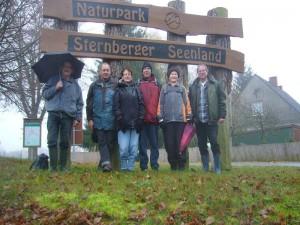 In Kritzow entstand zum Schluß dieses Erinnerungsfoto. Wie man sieht, war heute nur der Harte Kern der Wismarer Pilzfreunde unterwegs. Das Wetter war allerdings auch nicht einladend und inzwischen hatte es auch begonnen zu Regnen. 18.11.2012.