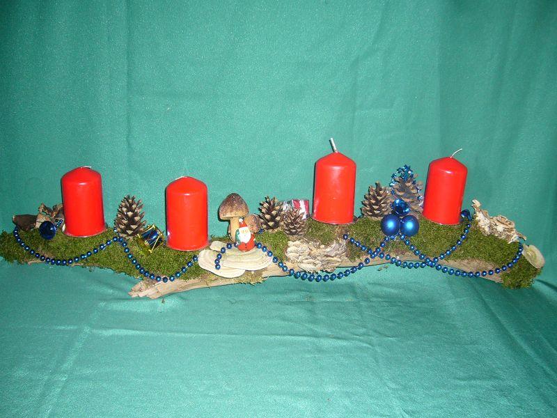 Gut einen Meter langes 4er Gesteck auf einem Ast mit Moos, Pilzen und Weihnachtsdekoration zu 15,00 €.