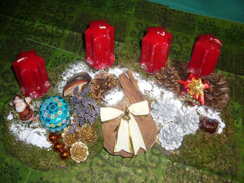 Gut 40 cm langes und 20 cm tiefes 4er Gesteck mit roten Stumpenkerzen, natürlicher und Weihnachtsdekoration mit Schatulle zu 15,00.
