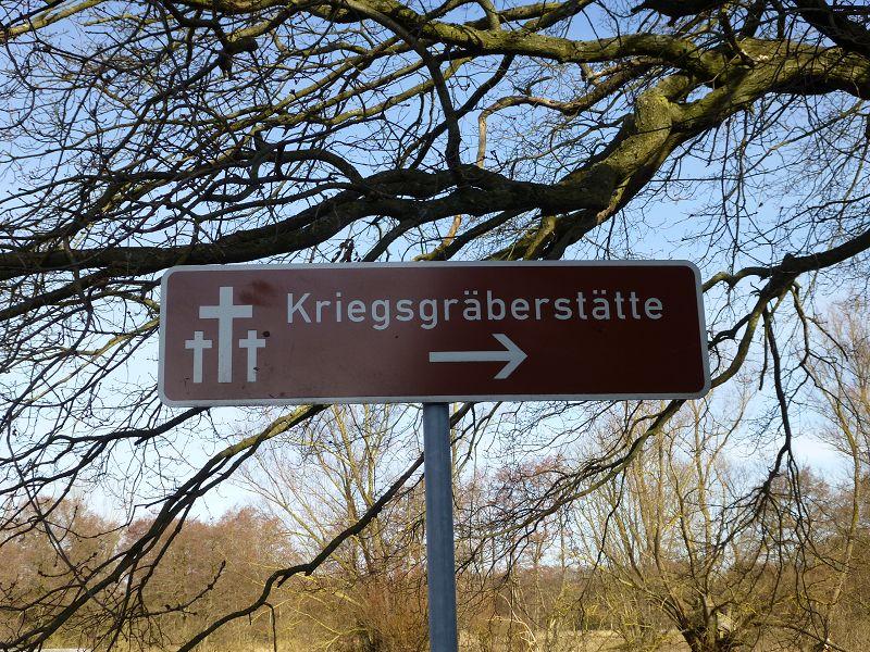 Zunächst ging es in Richtung Kriegsgräberstätte, die an die zahlreichen Verstorben eines Quarantäne Lagers für Flüchtlinge aus den deutschen Ostgebieten erinnert. Dieses befand sich hier kurz nach dem Ende des 2. Weltkrieges.