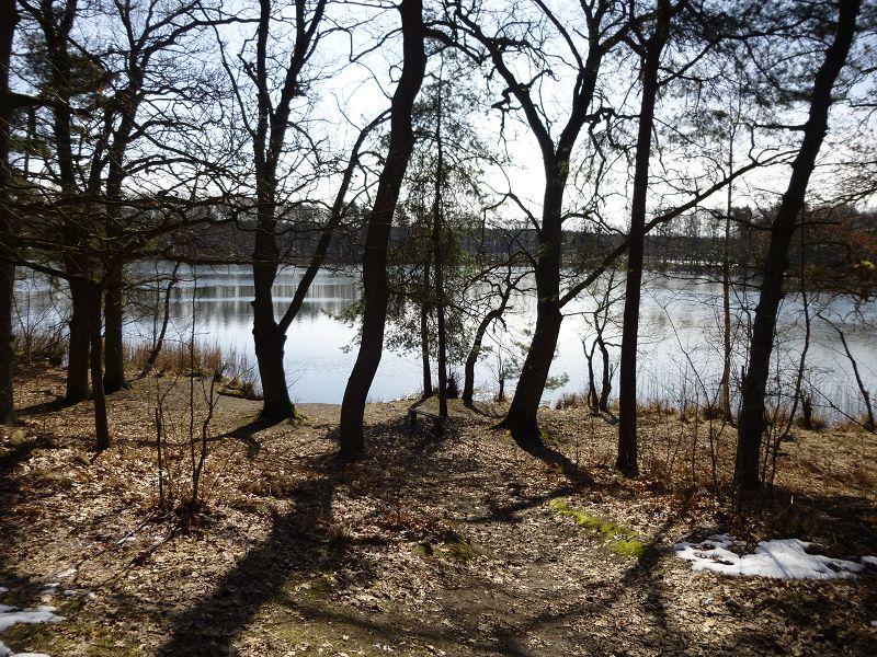 Wenig später erreichen wir den Langen See. An dieser Stelle befindet sich eine kleine, idyllische Badestelle, die schon ab April von einigen abgehärteten genutzt werden soll.