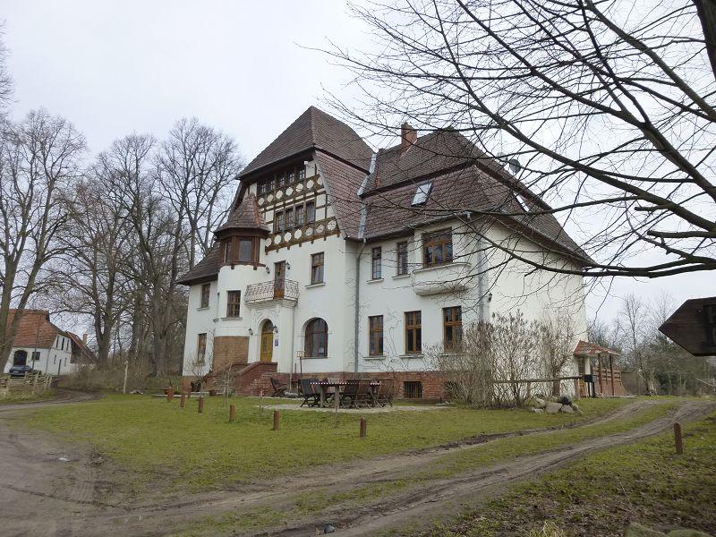 Am alten Gutsaus in Alt Necheln trafen sich heute morgen gegen 09.00 Uhr 8 Pilzfreunde zur ersten Vereinsexkursion des Jahres 2013.