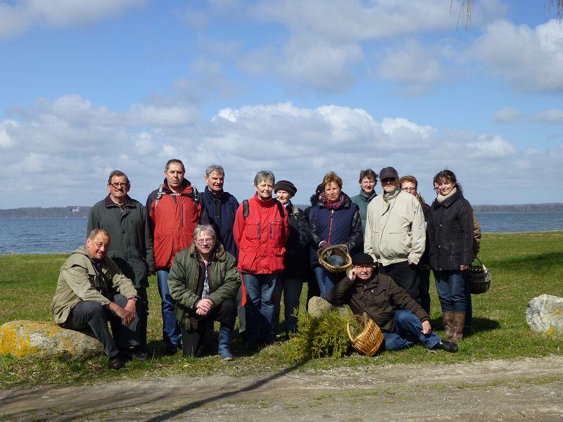 In Retgendorf versammelten sich wie üblich nochmals alle zu unserem obligatorischen Gruppenfoto. Leider haben sich einige Pilzfreunde etwas sehr versteckt, so dass sie hier leider nur zu erahnen sind. 10.04.2013.