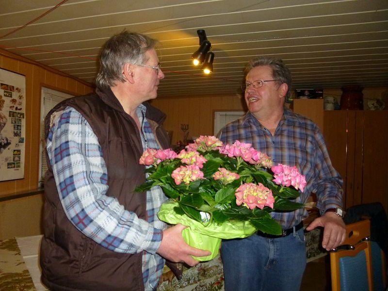 Als Dankeschön überreichte ich ihm am Ende seiner lehrreichen Ausführungen im Namen aller Anwesenden ein kleines Blumenpräsent. Lieber Ulrich, nochmals ganz herzlichen Dank!