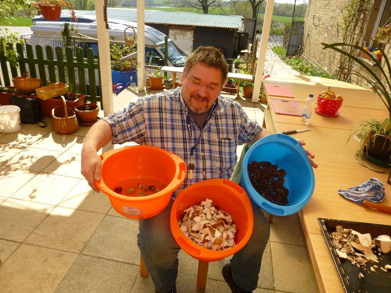 Pilzfreund Thomas aus Berlin ist mit dem Putzen der Speisepilze fertig und jetzt geht es ans Zubereiten. Außerdem können wir ihn als neues Mitglied im Kreise der Pilzfreunde innerhalb der Gemeinnützigen Gesellschaft Wismar begrüßen.