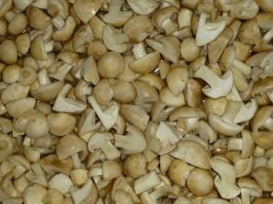 Nach dem Putzen gehen die Maipilze nochmals in ein kurzes Wasserbad, um die restlichen Sandkörnchen abzuspülen und dann ohne Wasser in einen Kochtopf, etwas Speiseöl dazu und aufkochen lassen, bis sie zusammengesackt sind. Noch fünf Minuten köcheln und dann abkühlen gelassen. Nach dem erkalten eingfieren. Die Qualität ist hier hervorragend und besten für eine Pilzpfanne geeignet.