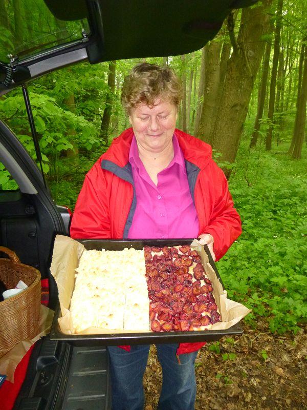 Nach unserer Wanderung durch den Wedendorfer Wald ludt uns Christa Schellberg zu selbstgebackenen Hefekuchen mit Streussel und Pflaumen ein. Dazu reichlich Kaffee. Der Kuchen schmeckte wunderbar und vielen Dank nochmals für die Rezeptur!