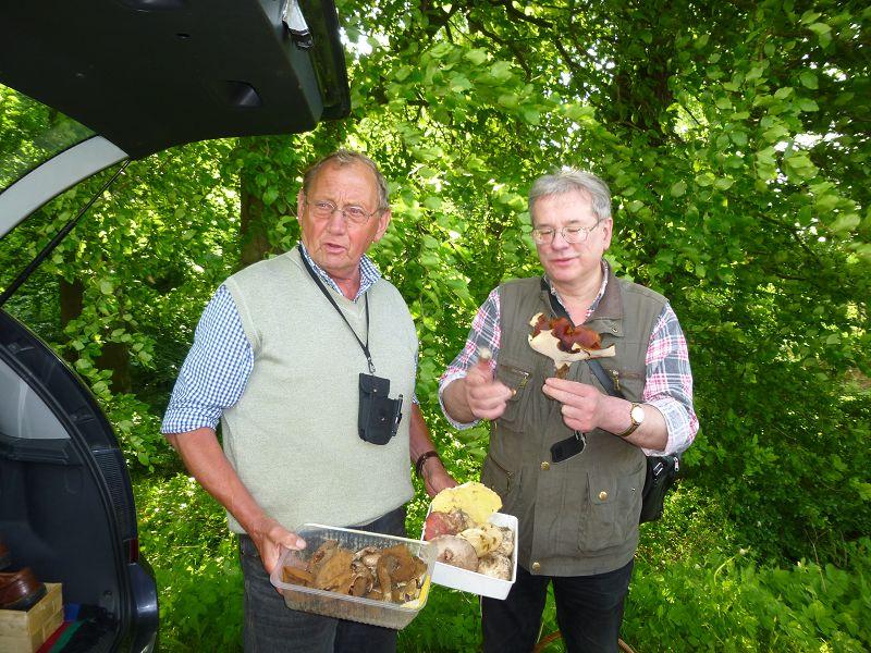 Wie immer brachte Klaus (links) uns einige interessante Pilzfunde der letzten Tage mit, die wir zu Beginn unserer Wanderung kurz erläuterten. Hier bin ich sichtlich angetan von einem Schwarzroten Stielporling, den allerdings unser Pilzfreund Wolfgang Schellberg aus Grevesmühlen mitbrachte.