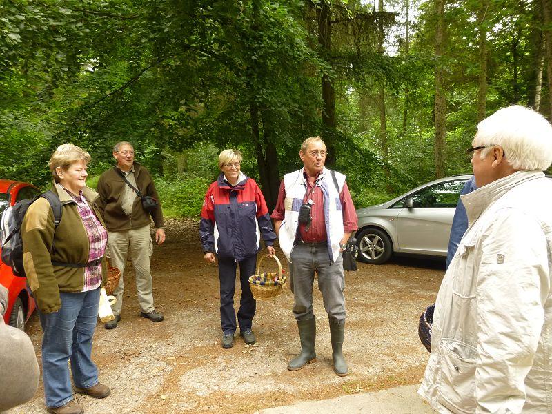 Klaus, Bildmitte rechts, begrüßte uns recht herzlich und gab, bevor es losging, einige einführende Worte zum besten.