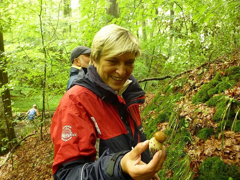 Auch Sabine aus Schwerin freut sich über einen jungen Sommersteinpilz. In diesem Stadium mus man schon sehr genau hinschauen, um ihn nicht mit dem sehr bitteren Gallen - Röhrling zu verwechseln.