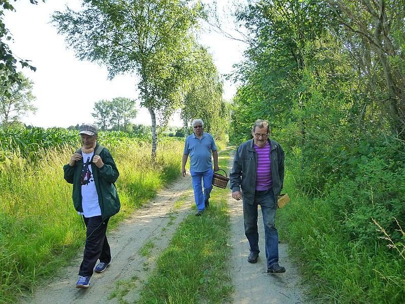 Dann ging es aber forschen Schrittes in unser Exkursionsgebiet. Hier sehen wir unsere Pilzfreunde Helga, Jochen und Jürgen.