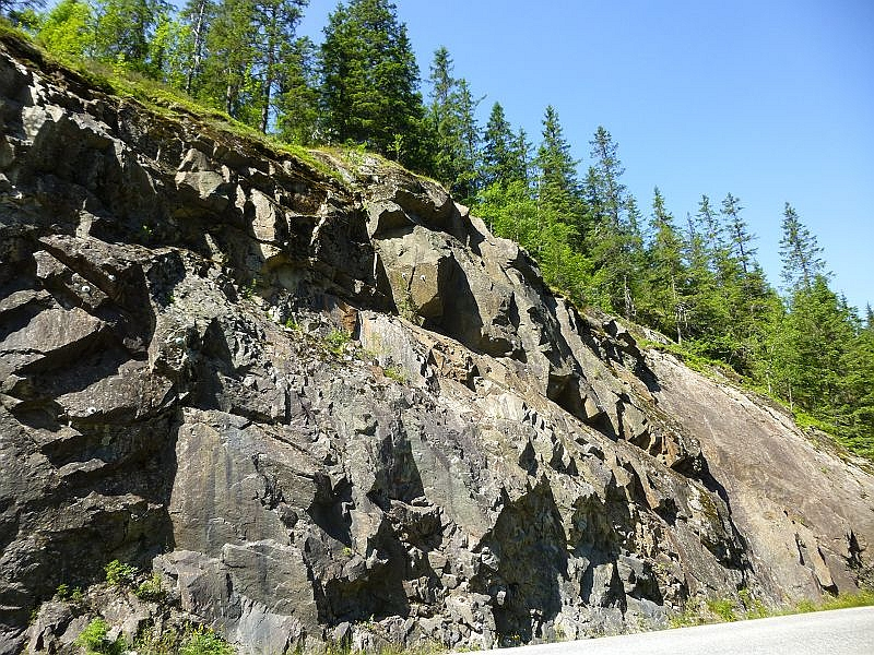 Immer wieder massive Felsformationen entlang der Straßen. Stellenweise besteht sogar Steinschlaggefahr.