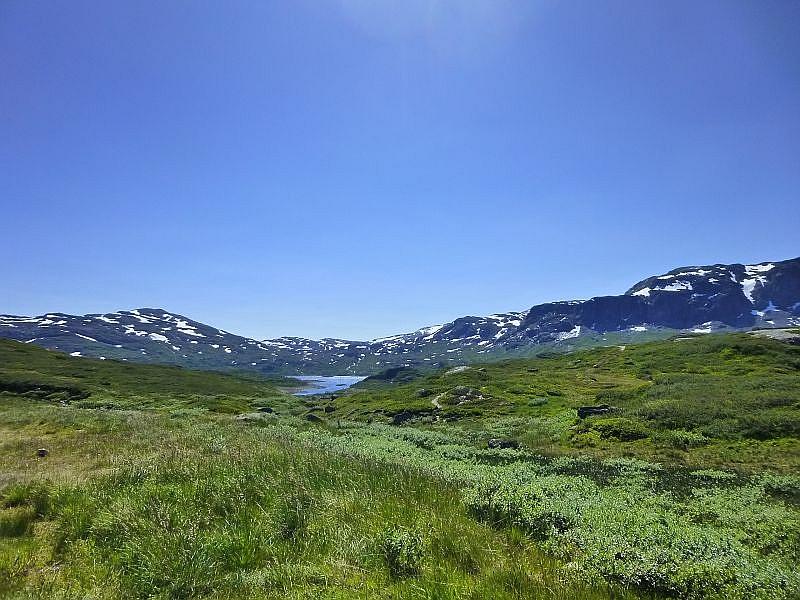 Schneereste, flache, glasklare Seen und Zwergvegetation prägen diese Hochgebirgslandschaft.