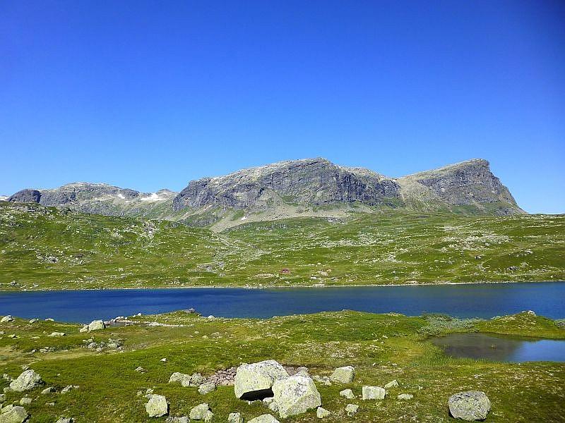 Norwegens Landschaft wird auch von unzähligen Hütten geprägt, die teils an den unmöglichsten Standorten erichtet wurden, so wie auch hier (Bildmitte), mitten auf dem Hochgebirgsplateau.