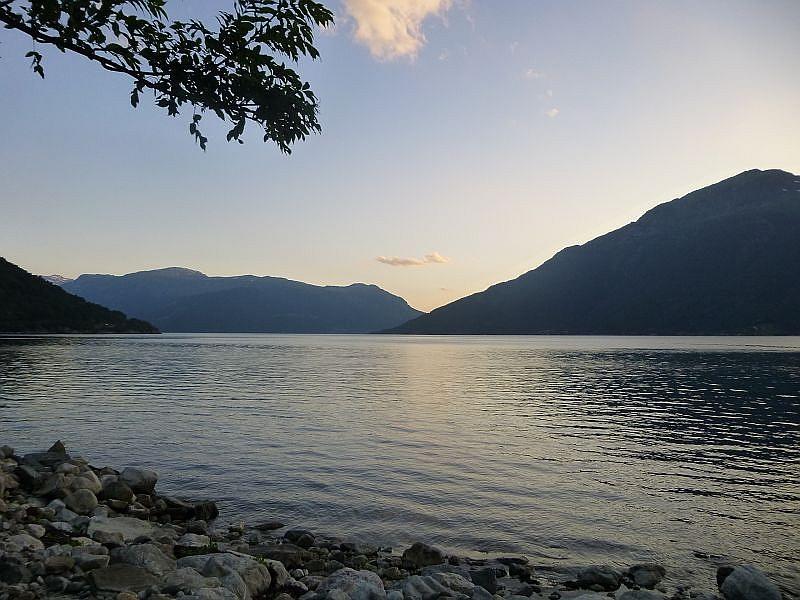 Der erste Tag geht zu Ende und am Ufer eines der vielen norwegischen Fjorde schlagen wir zum ersten mal unsere Zelte auf.