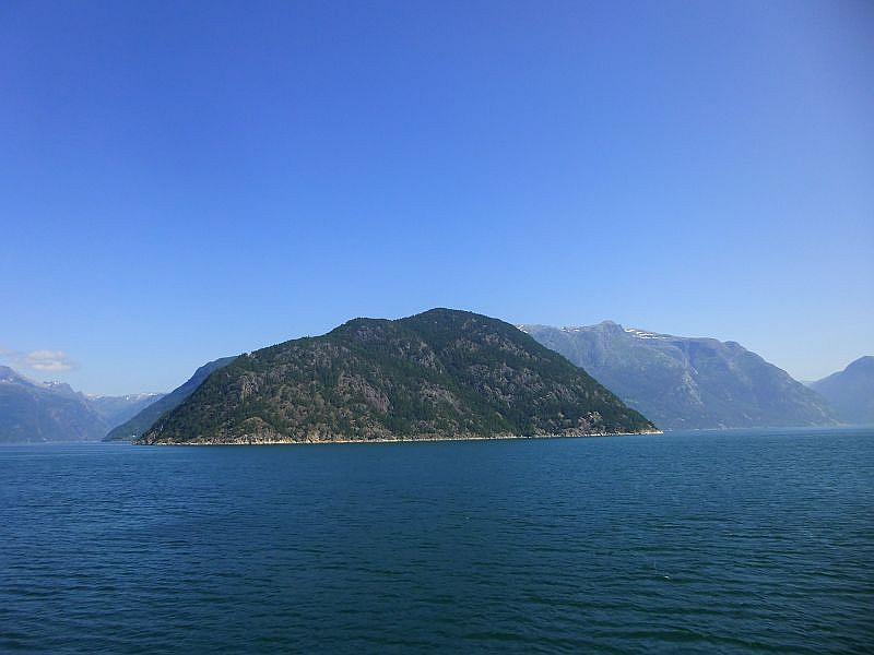 Hier ein stimmungsvoller Blick mitten von der Fähre auf die norwegische Fjord- und Bergwelt.