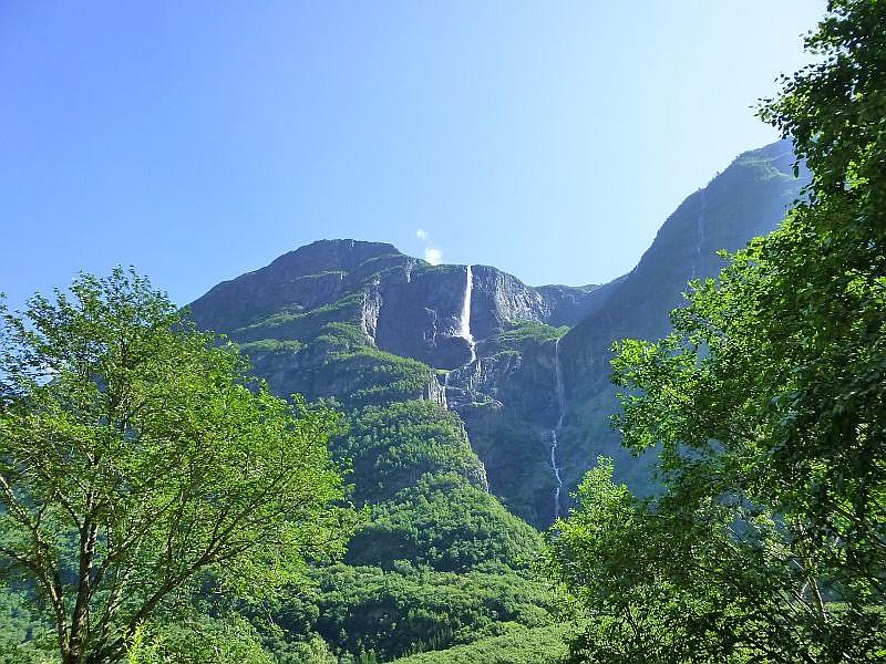 Nach zwei ruhigen Tagen auf dem Campingplatz brachen wir wieder in Richtung Kristiansand auf. Über unser Navigationsgerät haben wir uns eine etwas kostengünstigere Route ohne Fähre ausgesucht. Dafür allerdings ca. 700 Km lang! Das ist nicht an einem Tag zu schaffen und wir mußten auch wieder hinnauf auf dieses mächtigen Berge, also wieder durch den Hardangervidda Nationalpark. Wie in Zeitlupe scheint dieser Wasserfall hinab zu stürzen.