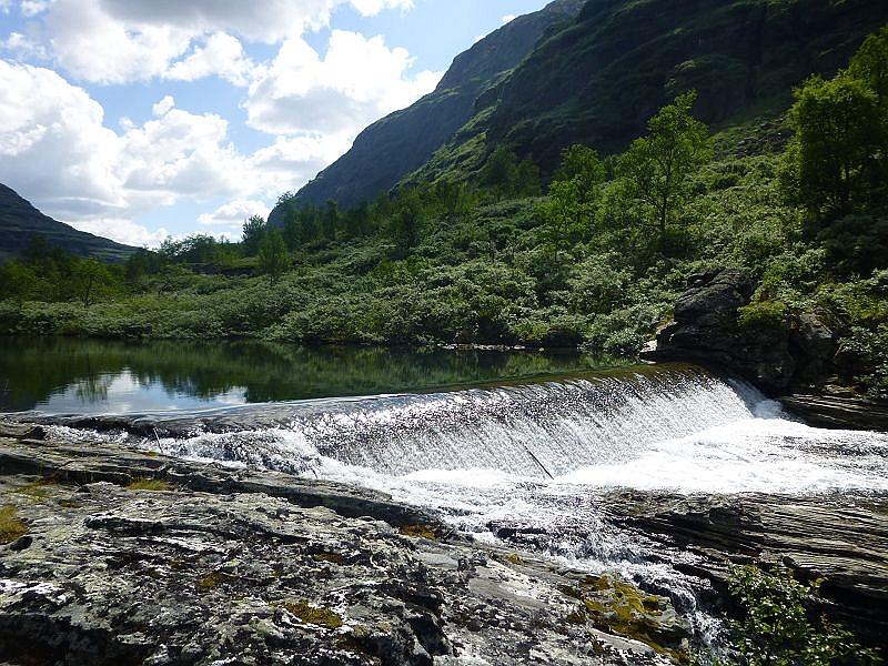 Und immer wieder Wasser. Durch die vielen Gebirgsflüße, die teilweise angestaut werden, ist die Energieversorgung der Norweger abgesichert. Immer wieder Wasserkraft- und Umspannwerke begegnen uns auf der Reise durch dieses skandinavische Land.