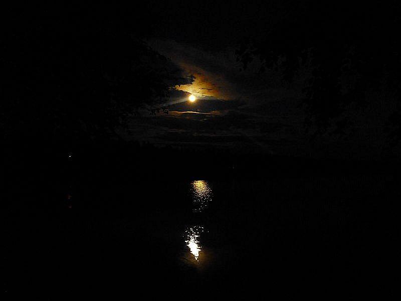 Inzwischen ist die Dunkelheit wieder hereingebrochen und es wurde Zeit uns einen Schlafplatzt zu suchen. Am Ufer einer der vielen Seen der Provinz Telemark spiegelt sich der Mond im auf der Wasseroberfläche. Romantik pur!