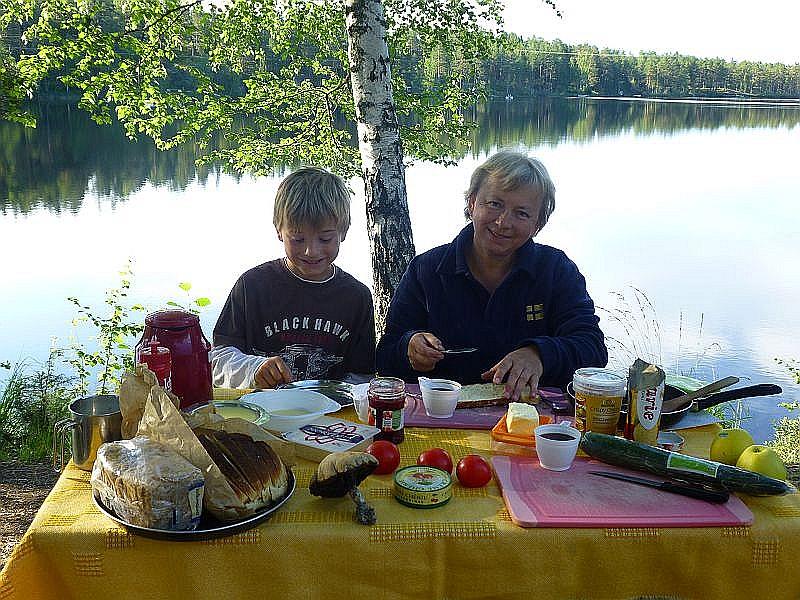 Irena und Jonas am Frühstückstisch mit selbstgebackenem Brot und Brötchen.