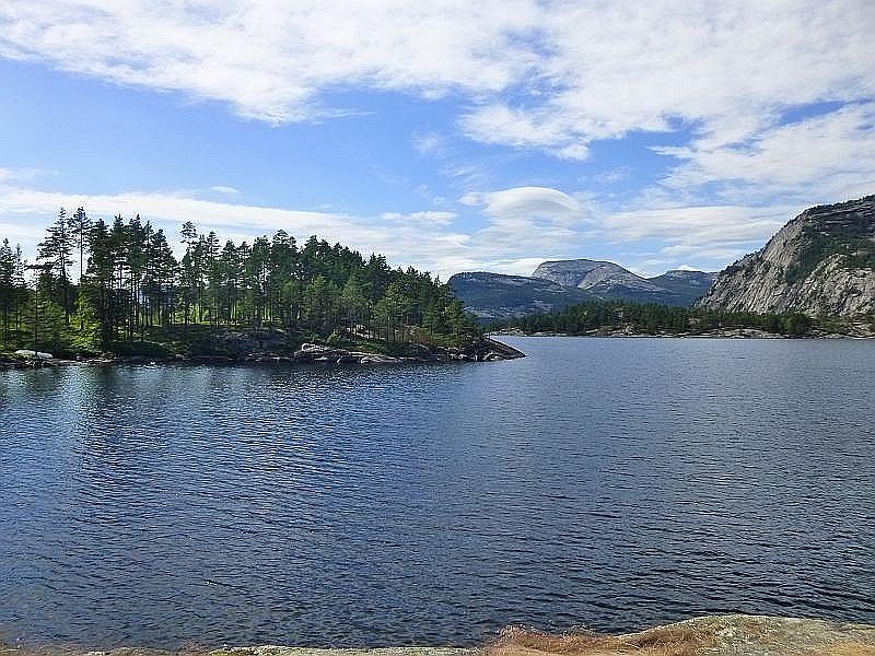 Und weiter führte uns die Fahrt vorbei an Fjorden, Seen, Gebirgen und Wäldern in Richtung Kristiansand.