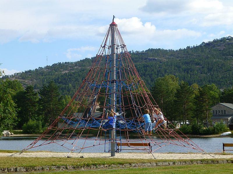 Seltenheitswert besaß auf unserer Norwegenreise ein richtiger Spielplatz. Selbstverständlich gab es nun für Jonas kein halten mehr und es wurde geklettert.