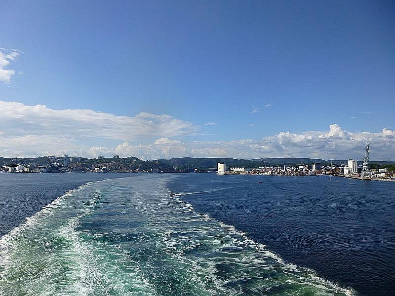 Auf wiedersehen, Norwegen! Ein letzter, wehmütiger Blick zurück auf Krstiansand. In wenigen Stunden legen wir im Dänischen Hirtshals an und in jeder Hinsicht unvergeßliche Urlaubstage liegen hinter uns.