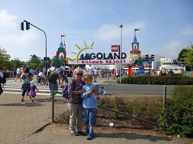 Nach einer letzten Übernachtung im Auto in Dänemark ging es dann noch nach Billund zum Legoland. Darauf hatte sich Jonas schon ganz besonders gefreut und genoß bei schwüler Hitze die Attraktionen in diesem für Kinder überaus beliebten Vergnügungspark.