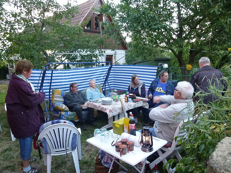 Dann konnten wir in der bereits gemütlich vorbereiteten Grillecke im Garten der Tischlerei Meier Platz nehmen.