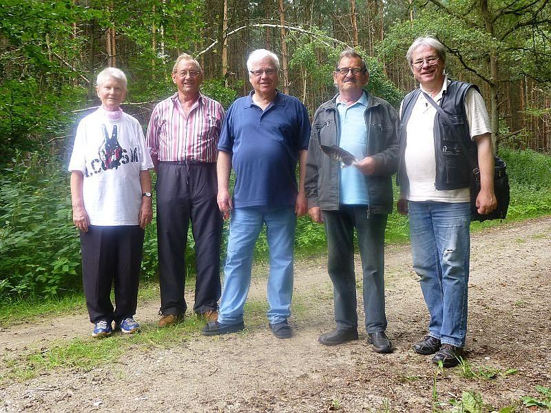 Und das war unsere kleine Truppe von fünf Leuten, die heute die Letschower Tannen unsicher machten. Durch das Gebiet führte uns Klaus Warning, zweiter von links. 18. August 2013.
