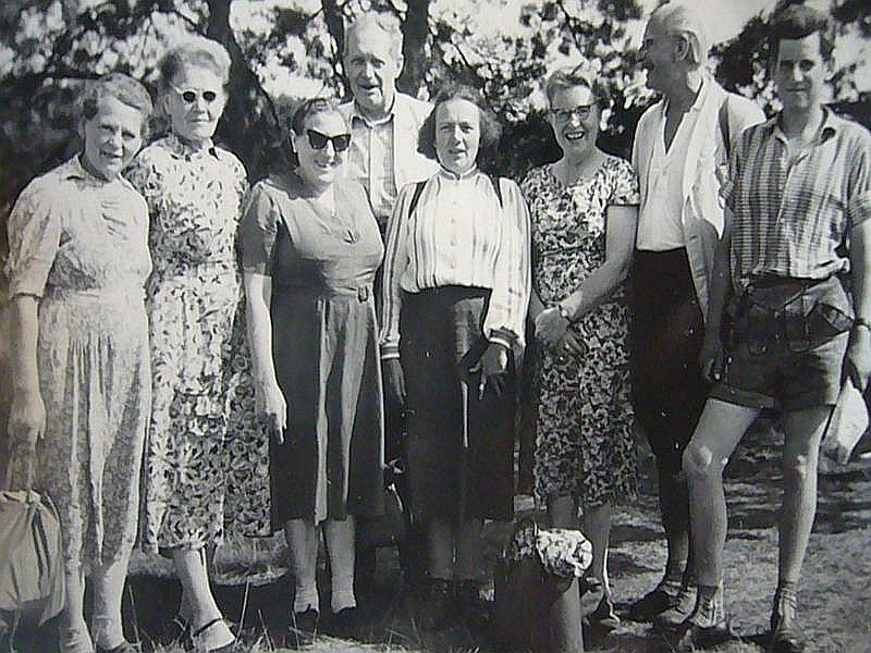 Gruppenfoto während einer Pilzwanderung am 26.07.1959. Rechts Hans - Jürgen Wilsch, 2. von rechts Ortspilzbeauftragter Fritz Wöhlke, 4. von rechts Annalotte Heinrich.