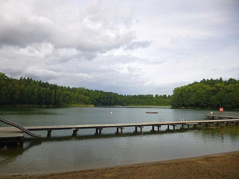 Nach einem weitgehend frühherbstlich schönen Sonntag trübte es sich am Abend immer merh ein und bleiern liegt der Rote See unter den drohenden Regenwolken. 01. September 2013.