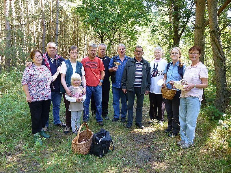 Unser traditionelles Gruppenfoto, heute an der Friedrichswalder Weiche, wo unsere heutige Tour endete und die nächste, in 14 Tagen, beginnt. Eigentlich waren wir 14 Pilzwanderer, aber drei haben darum gebeten, nicht mit auf`s Bild zu kommen. 07.09.2013.