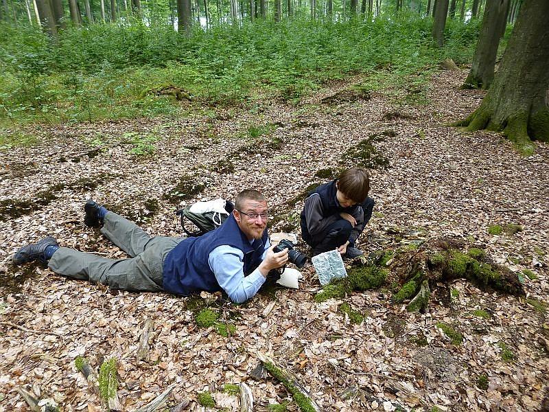 Action ist wie immer angesagt, wenn Andreas einen interessanten und fotogenen Pilz entdeckt. Assistiert wird er hier von einen kleinen, naturbegeisterten Hamburger Jungen.