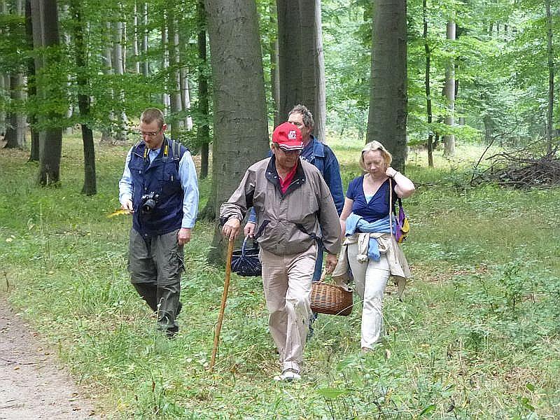 Für die herrliche Tour und die kompetente Führung durch den Wald bei Sterley möchten wir uns nochmals ganz herzlich bei Dorothee (rechts) und Hans - Werner Griffel aus Hamburg sehr herzlich bedanken. Es war wirklich eine unvergessliche Exkursion. auch wenn das Pilzaufkommen nur etwa ein Zehntel des ansonsten um diese Jahreszeit üblichen entsprach..