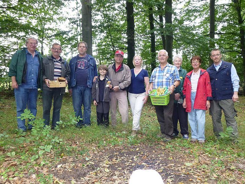 Auf unserem Erinnerungsfoto sehen wir nicht alle Teilnehmer der heutigen Vereinsexkursion. Drei Teilnehmer aus Hamburg waren schon kurz vorher aufgebrochen. 08. September 2013 im Wald bei Sterley im Naturpark Lauenburgische Seen.