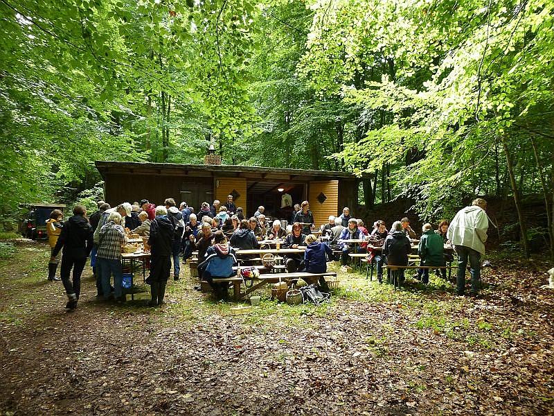 In gemütlicher Runde klang dann am Nachmittag des traditionelle Pilzesammeln und Pilzbraten auf dem alten Forsthof in Ritzerau aus. Wer Lust hat, im nächsten Jahr auch mit dabei zu sein, hier der Termin: 21.09.2014 um 10.00 Uhr. Es ist aber eine Anmeldung bei den Organisatoren erforderlich.