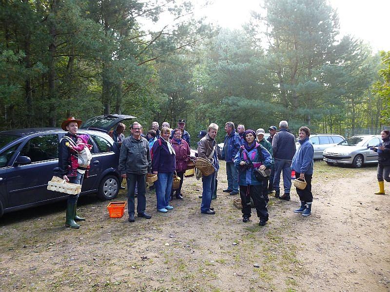 Zum Glück war hier genügend Platz um alle Autos zu Parken. Nachdem ich meine Unterschriftenliste herum reichte und die Teilnahmegebühr von 5 Euro eingesammelt hatte, starteten wir von hier aus mit 24 Leuten zu unserer in diesem Jahr bisher erfolgreichsten Pilzwanderung.