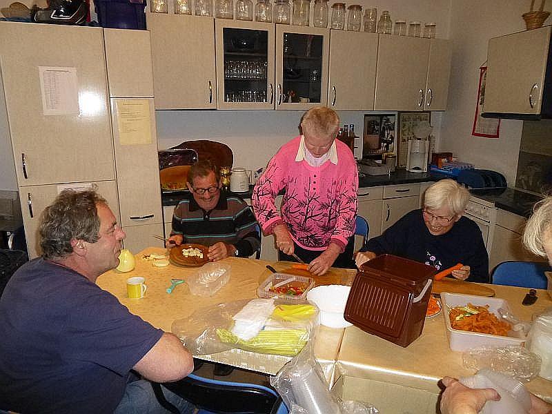 Im Vorfeld sind natürlich in unserer Küche allerhand Vorbereitungen zu treffen wie Zwiebel pellen und schneiden.