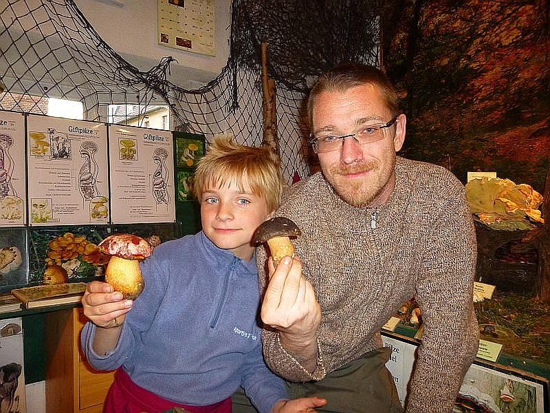 Auch Anreas Okrent bereicherte unsere Ausstellung mit einigen seltenen Raritäten. Er brachte die Schwarzhütigen Steinpilze und Purpurröhrlinge mit. Wir sehen ihn hier mit Jonas, der einen der Purpurröhrlinge in der Hand hält. Es ist wohl der schönste Röhrling den wir bei uns finden können.